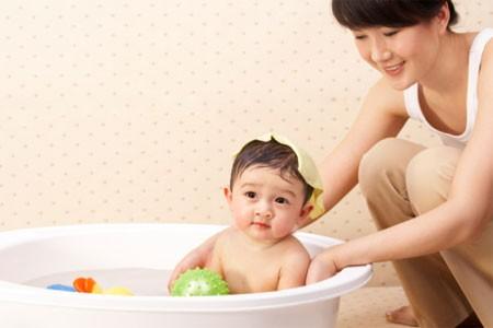 giúp việc chăm em bé